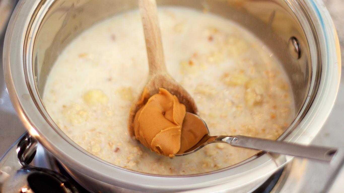 Hier gebe ich etwa einen Teelöffel von der Erdnussbutter in den Topf.
