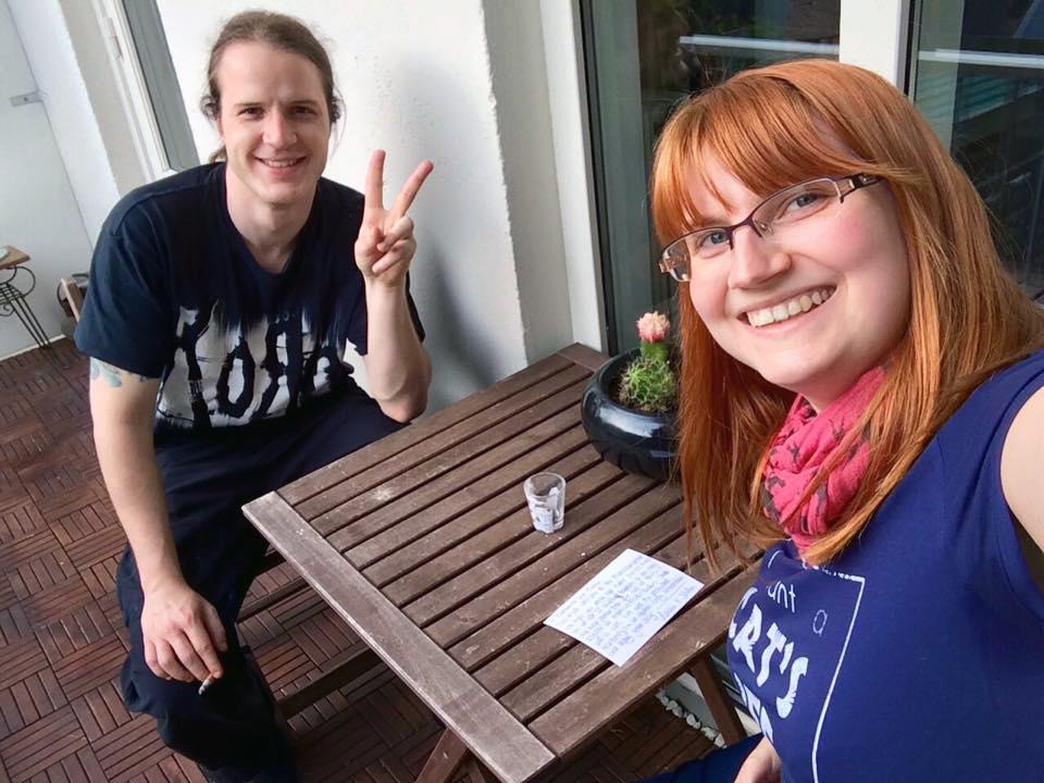 Mein Freund und ich auf dem Balkon unserer via Airbnb gemieteten Wohnung.