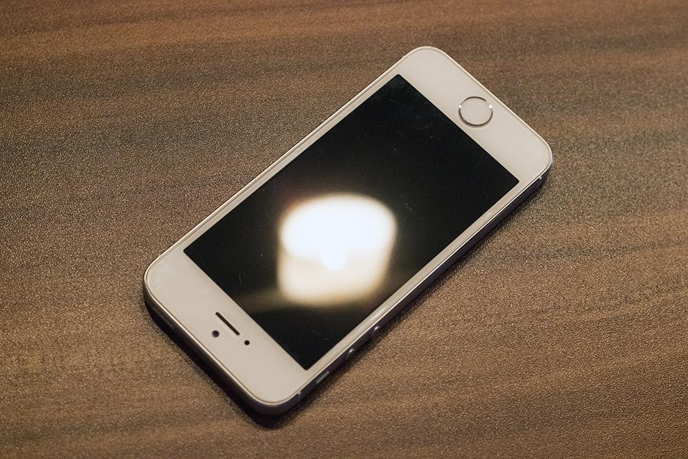 Vorderseite meines iPhone 5s, Folie für das Foto entfernt, damit man die (nicht vorhandenen) Kratzer sieht.