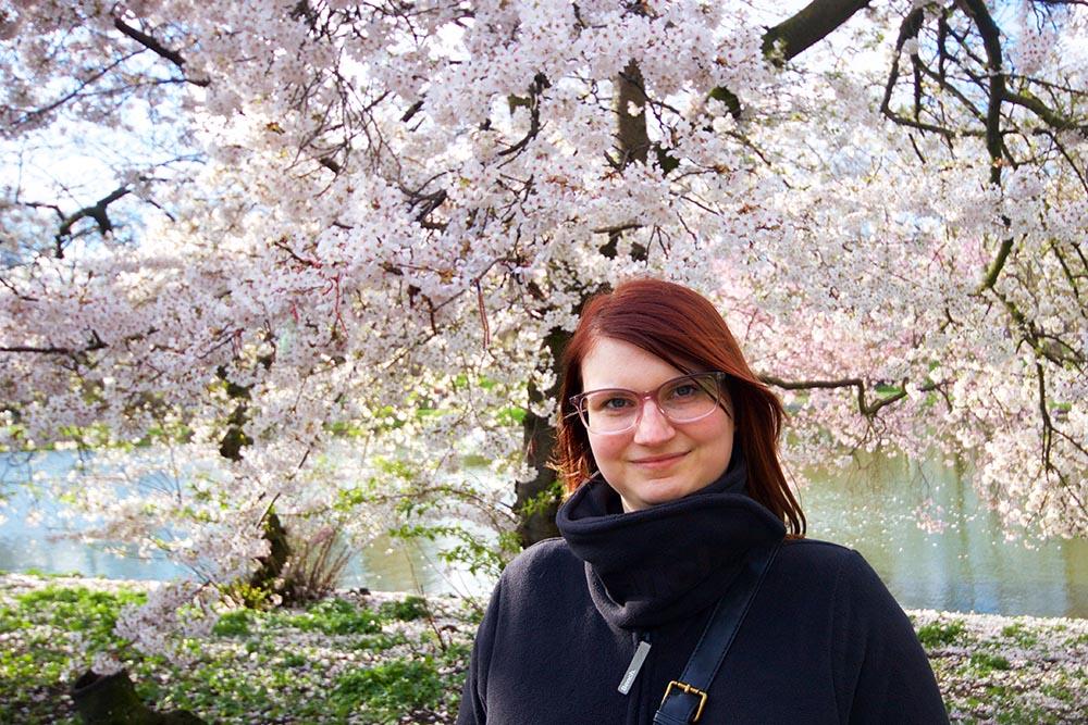 Ein Foto, welches mein Verlobter von mir aufgenommen hat. Ich mochte den Baum im Hintergrund sehr!