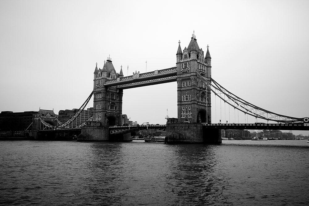 Blick vom Ufer auf die Tower Bridge