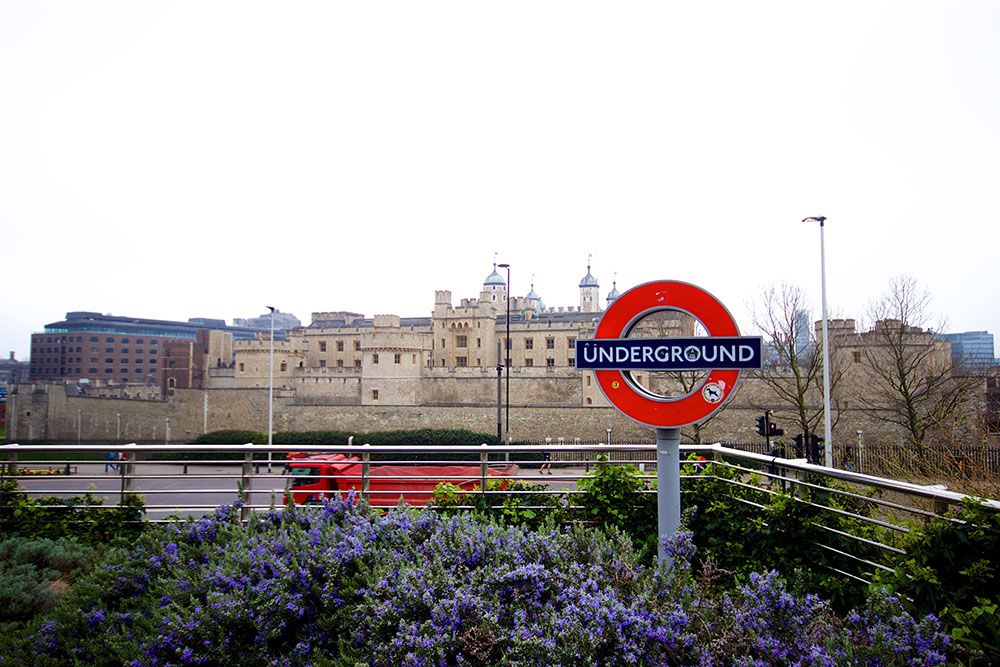 Tower of London mit Underground-Schild